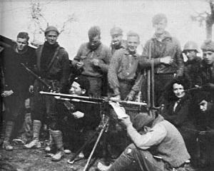 George Orwell (de pie, tercero por la derecha), durante su participación en la guerra.